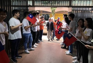 Students and teachers of  Dr. Sun Yat Sen School in Ciudad del Este lined up and sang a welcome song to greet Minister Wu and his group.