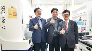 National Taiwan University Department of Clinical Laboratory Sciences and Medical Biotechnology professor Yu Sung-liang, center, and colleagues are pictured in the university's pharmacogenomics laboratory in Taipei yesterday./Photo courtesy of CNA