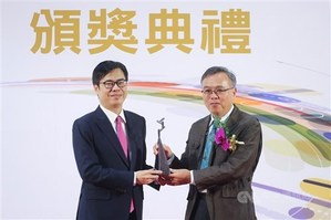 Wu Yih-min (right) receives the Executive Yuan Award for Outstanding Science and Technology Contribution from Vice Premier Chen Chi-mai/Photo courtesy of CNA