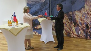 Taiwan's representative to Germany Shieh Jhy-wey (right) receives the award on behalf of the NHRM at his office in Berlin Wednesday from FFRSD managing-director Anna Kaminsky. / Photo courtesy of CNA