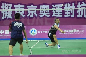 Tai Tzu-ying (right) plays against Lin Chia-hsuan. / Photo courtesy of CNA