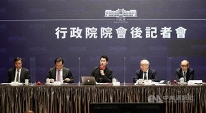 DGBAS Minister Chu Tzer-ming (second right) and senior officials at a press briefing after the Cabinet's weekly meeting. Photo courtesy of CNA