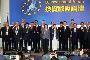 President Tsai Ing-wen (front, center) and Filip Grzegorzewski (front, in red tie), head of the European Economic and Trade Office./ Photo courtesy of CNA