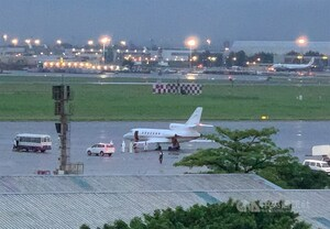 A medical flight flies two Taiwanese diplomats back home from India. CNA photo May 8, 2021