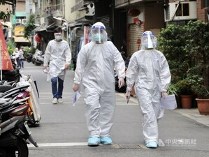 Health workers carry out disinfection across the various establishments in Taipei's Wanhua District on Thursday. CNA photo May 13, 2021