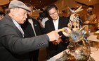 Minister of Culture Lee Yung-te (center) listens to artist Tsai Erh-ping (left) explaining his work. CNA photo Nov. 28, 2020