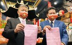 Jenn Lann Temple Chairman Yen Ching-piao (left) displays the schedule of this year's Matsu procession. CNA photo Feb. 26, 2021
