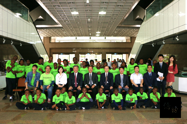 . Accompanied by Vincent Lin, Secretary General of the ACC Africa Steering Committee, (middle, second row) 31 orphans from Swaziland ACC visited the OCAC on November 23. They were received by Vice Minister Leu (second from left, second row)