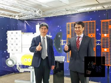 Minister of Science and Technology Chen Liang-gee, left, and National Space Organization Director-General Lin Chun-liang give the thumbs-up at a news conference in Taipei yesterday. / Photo courtesy of Taipei Times