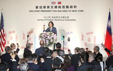 President Tsai Ing-wen toasts guests after giving a speech at a banquet in New York on Friday./Photo courtesy of CNA