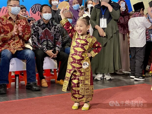 A young girl waves to the audience at 'Kartini Day' in Taiwan. CNA photo April 11, 2021
