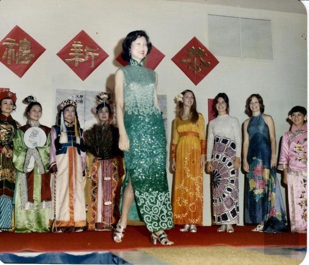 由超級名模/服裝設計師王榕生(中)率FSU學生表演「 東方遇見西方時裝秀(East Meets West Fashion Show)」,朱知章教授元配陳正炤 (左四)。