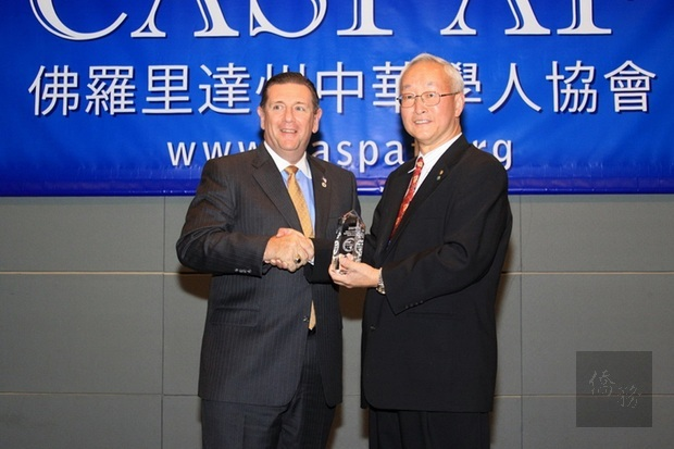 佛州中華學人協會會長徐祖慈頒發2009年度新設置的「呂金功獎」由迪蘭 (DeLand) 市長艾普瑞(Robert F. Apgar) 代表受獎。