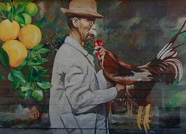 迪蘭市市中心一座建築物整個牆面呈現出呂金功和公雞同框壁的壁畫。