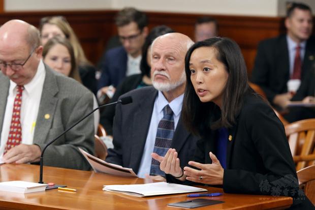 雙親來自臺灣的張理女士(右一),從政資歷豐富。已連任兩屆密西根州眾議員,現任密西根州參議員。