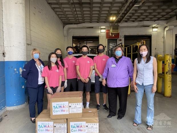 張理女士(右一)非常重視協助華人社區服務,疫情巔峰時期,協助FASCA學員捐贈口罩給底特律亨利福特醫療中心。院區負責人親自出面致謝並接受捐贈。