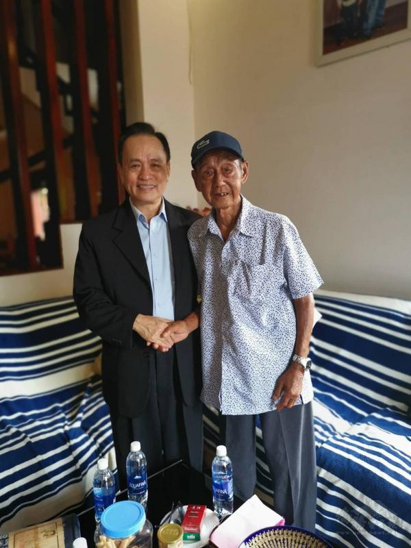 越南台商獎學基金會董事長蘇建源(左)2019年11月2日與富國島上老兵陳德舉見面。蘇建源回憶,陳德舉當時情緒激動表示:「有台灣來的人來看我了。」(蘇建源提供)