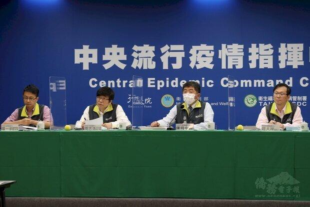 陳時中(右2)表示,8日自印度返台的民眾全須入住集中檢疫所。(指揮中心提供)