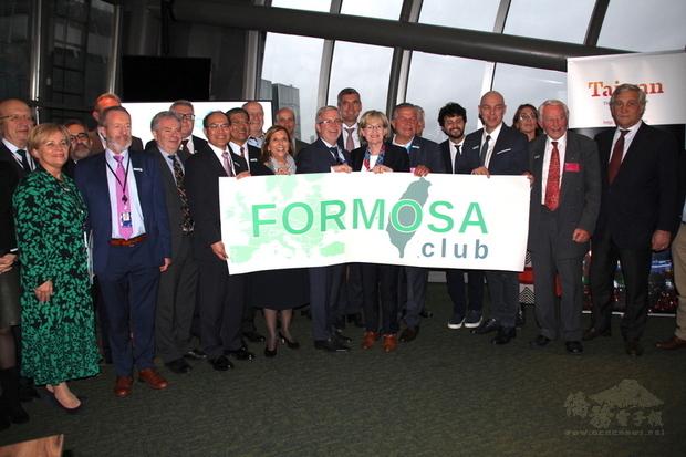 歐洲議會加上德國、法國及英國等國會友台小組16日在布魯塞爾成立「福爾摩沙俱樂部」,核心成員發表聯合聲明強化跨國挺台力量。(中央社提供)