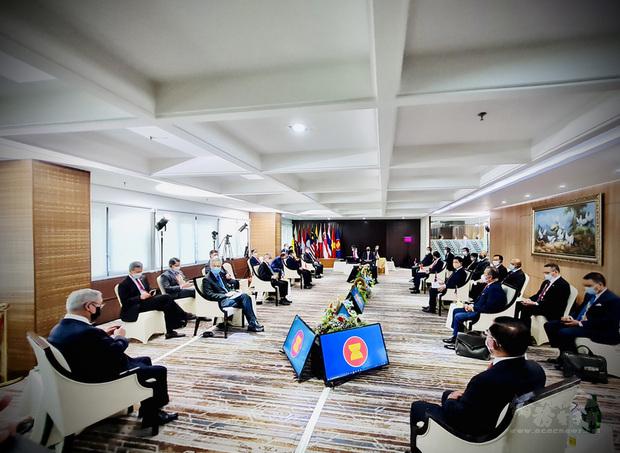 東南亞國家協會24日就緬甸情勢召開領袖峰會,2月發動政變的緬甸軍政府領導人敏昂萊與各國領袖對話。(印尼總統府提供)