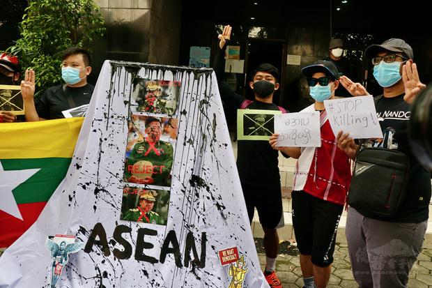印尼人權團體24日對於東協邀請緬甸軍政府領導人敏昂萊出席峰會表示失望。