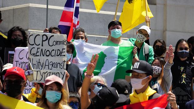 以「奶茶聯盟」名義發起,美西時間8日在洛杉磯市政府前的「團結抗暴政」示威遊行中,可以看到台灣地圖的綠色旗幟。