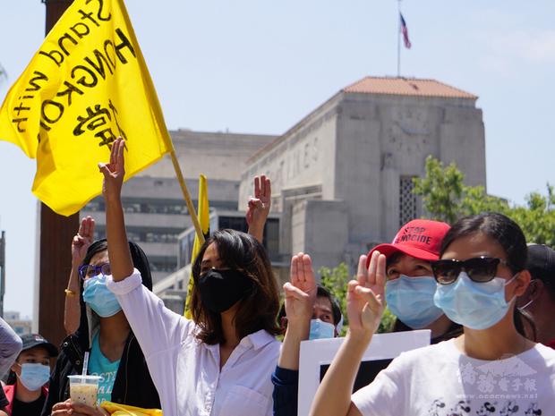 來自台灣、泰國、香港、緬甸追求民主的人士8日集結在洛杉磯市政府前,發聲反對暴政,群眾高舉象徵人民的三指手勢。背景為洛杉磯時報大樓。