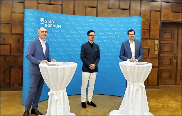 波鴻市長(右)與文化局長(左)出席莊東杰(中)藝術總監簽約記者會。(莊東杰/提供)