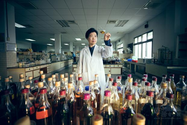 台灣菸酒公司的調酒師王婉鶯以台灣特有水果釀造威士忌聞名世界,中華文化總會特別製作「匠人魂」影片向她致敬。(文化總會提供)