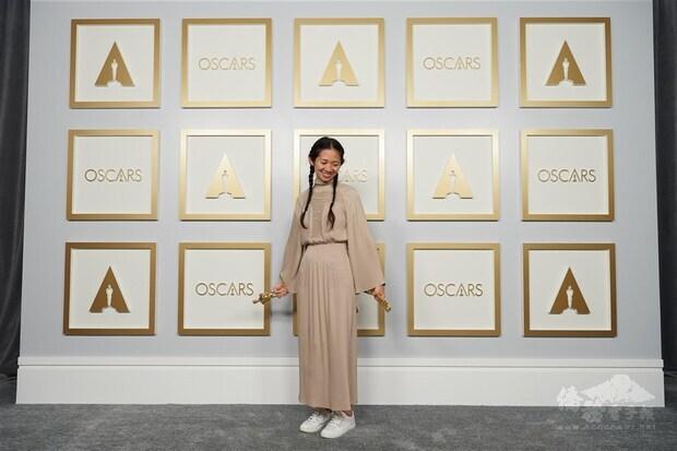 華人導演趙婷25日以電影「游牧人生」奪奧斯卡最佳導演、最佳影片兩項大獎,美國媒體以「打破玻璃天花板」形容她突破性別與族群的藩籬。(美國影藝學院提供)