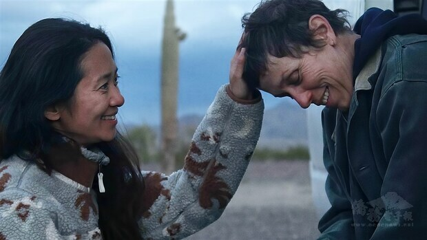 拍攝「游牧人生」期間,趙婷(左)與工作團隊長達4個月的時間生活在荒漠的一台露營車上。圖右為女主角法蘭西絲麥朵曼。(圖取自twitter.com/nomadlandfilm)
