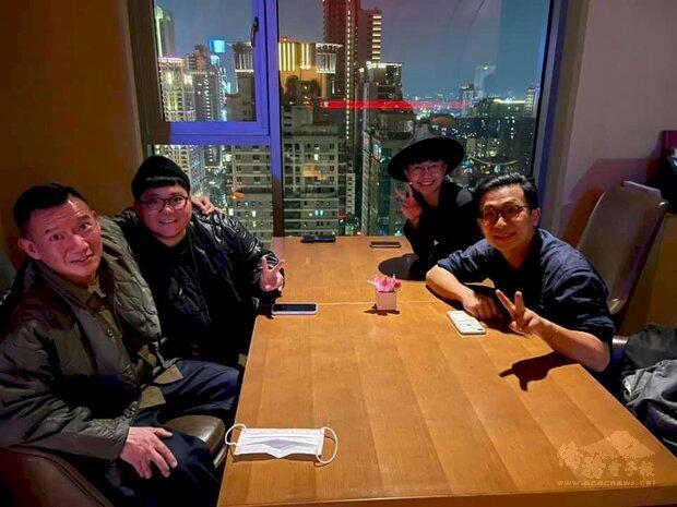 港星杜汶澤(左一) 為了新節目,造訪移居台中的香港人。(臉書)