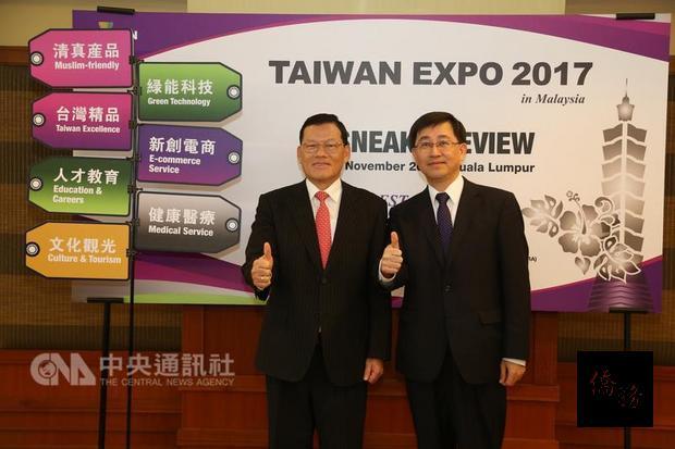 外貿協會市場拓展處副處長黃汀村(右)與駐馬代表章計平(左),共同推薦2017馬來西亞台灣形象展,希望台灣產品創造商機。(中央社提供)