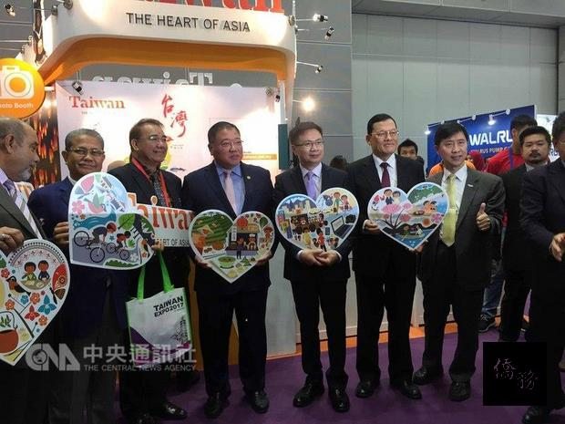 外貿協會今年4場東協國家台灣形象展,9日來到馬來西亞,成為今年壓軸。圖為外貿協會董事長黃志芳(右三)參觀展場。(中央社提供)