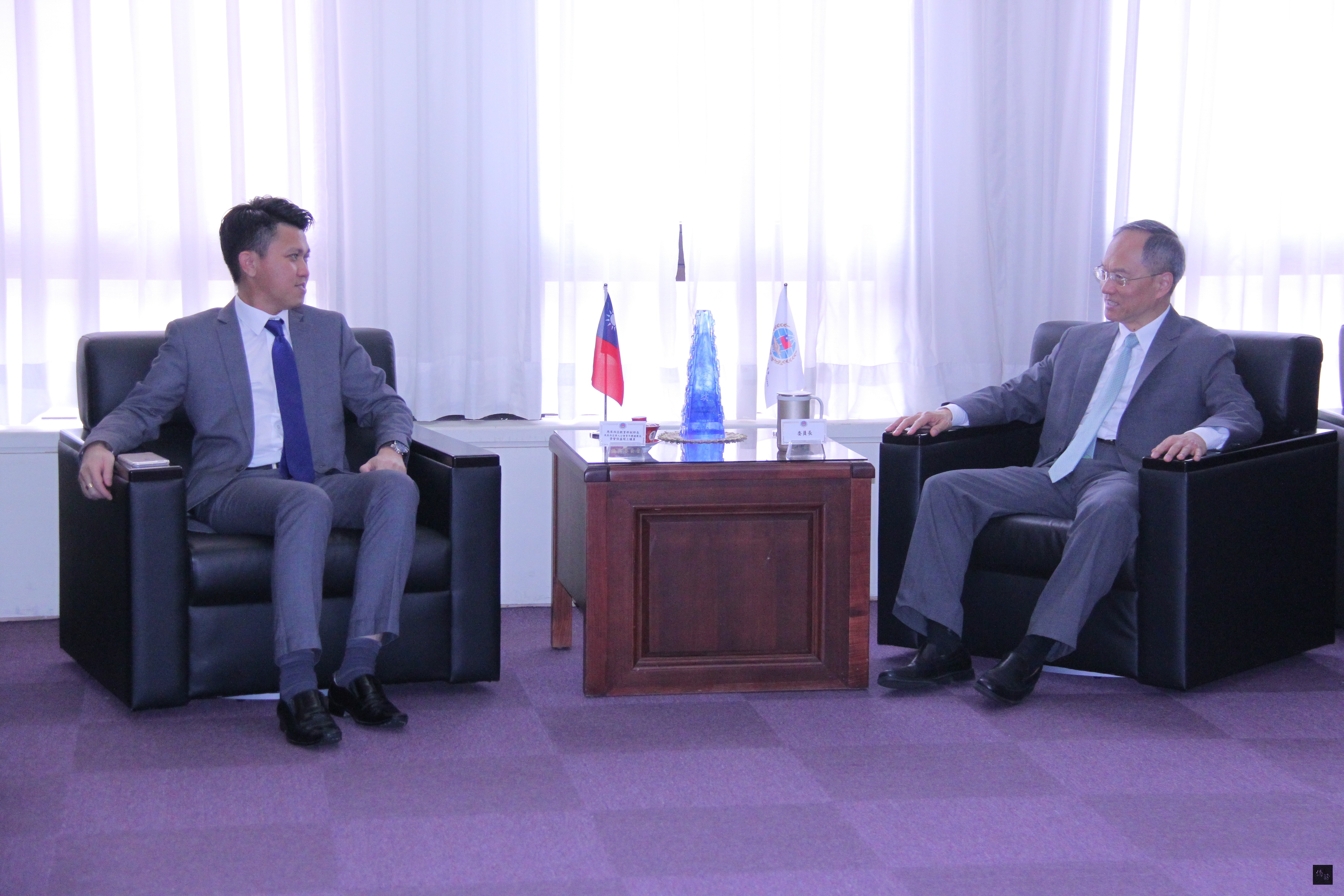 大馬教育部副部長張盛聞(左)就台馬政經文教交流與僑委會委員長吳新興(右)交換意見。