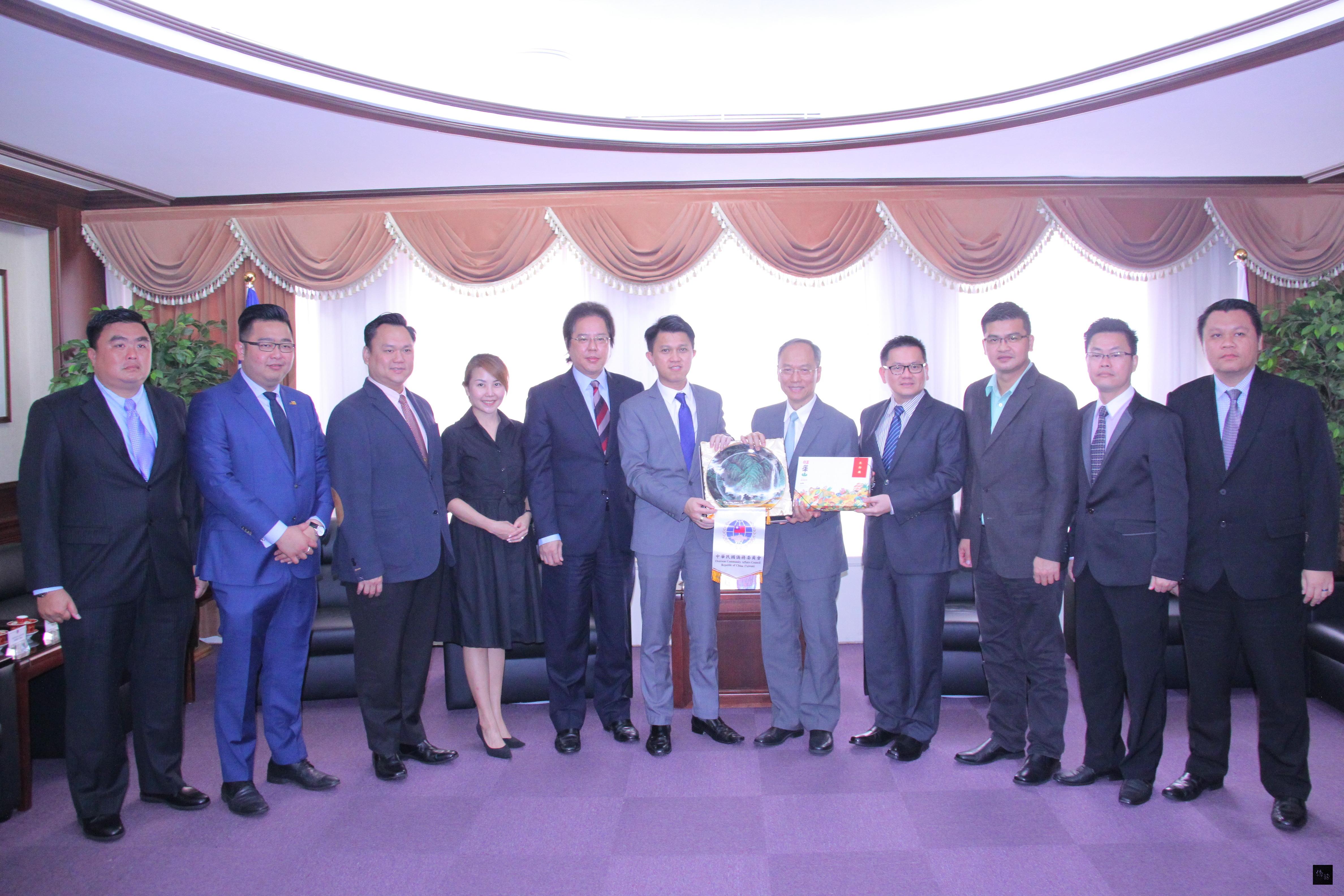 馬來西亞教育部副部長張盛聞(左六)及馬來西亞商業及工業協會理事長劉康捷(左五)一行11人拜會僑委會委員長吳新興(右五)。