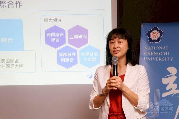 政大國合長林美香說明政大在疫情下的國際合作。(政大提供)