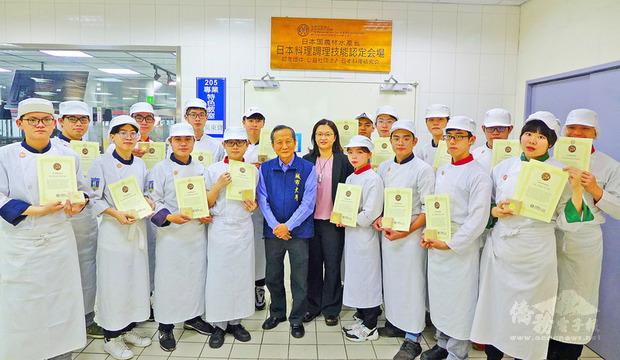 台北城市科技大學攜手日本專家開設日本料理課程,已有19名學生修業完成並通過認證,獲日本官方核發日本料理銅勳證照。(城市科大提供)