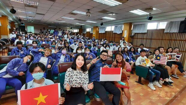 明道大學外籍生到二林工商分享東南亞文化。(明道大學提供)