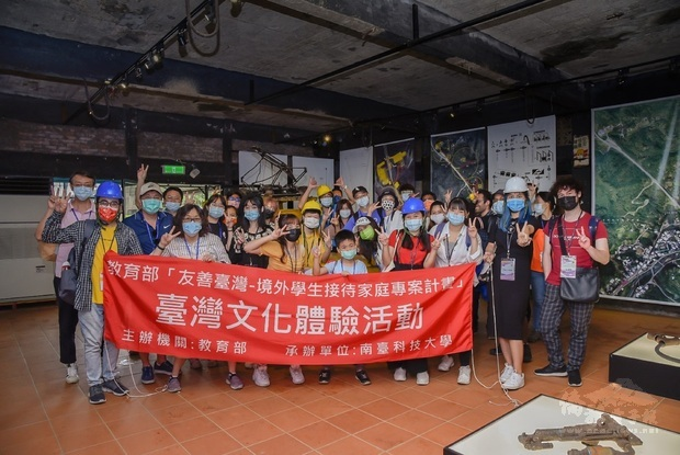 接待家庭攜境外學生漫遊平溪 體驗礦坑文化